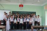 Chi bộ 1 và Chi bộ 32 (Đảng bộ Trường Đại học Trà Vinh) tặng sách cho học sinh Trường Thực hành Sư phạm