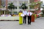 Khen thưởng các học sinh có thành tích xuất sắc trong tiết chào cờ đầu tuần.